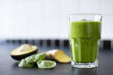 bild på grön smoothie med avokado, spenat och ingefära