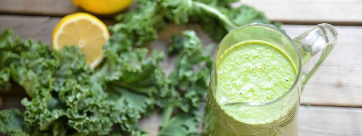 Bild på grön smoothie med grönkål och citron