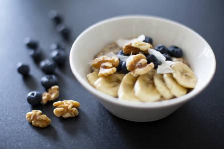 bild på overnight oats med valnötter och blåbär