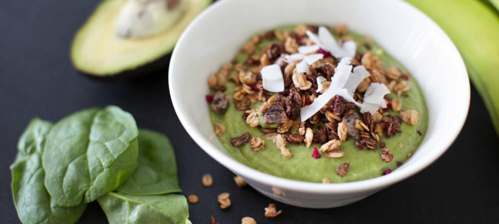 Bild på grön smoothie bowl med avokade, spenat och gröna bananer