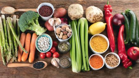 köksbord med grönsaker, baljväxter och nötter ligger uppdukade
